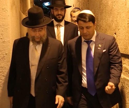 Раввин П. Гольдшмидт и Г. Захарьяев в Израиле на праздновании своего альтернативного «Дня Победы». Позади них шагает подручный П. Гольдшмидта раввин-рукоблудник Шимон Левин.